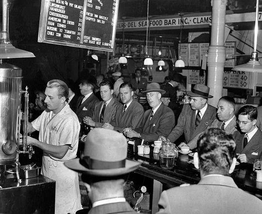 """Il caffè è arrivato in Europa nel 1600 introdotto da mercanti veneziani . Il primo occidentale a descrivere la bevanda era Leonard Rauwolf che ha definito così : """" La bevanda nera come l'inchiostro e rimedio contro tutti i tipi di mali . I suoi consumatori lo prendono la mattina in un vaso di porcellana che passa di mano in mano e ognuno riempie il suo bicchiere . """"Quando il caffè ha cominciato a diventare popolare in Europa diversi sacerdoti cattolici di hanno cercato di vietarlo…"""