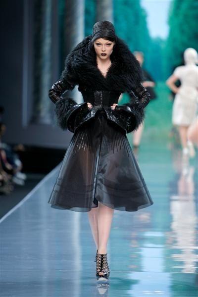 Christian Dior défilé Haute Couture automne hiver 2008 2009 manteau en agneau de Mongolie