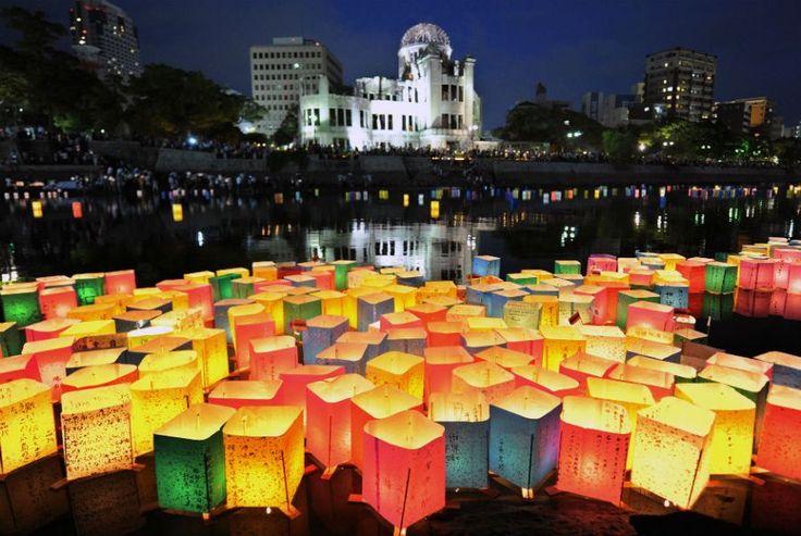 Lanternas de papel flutuam no rio Motoyasu, em frente ao Domo da Bomba Atômica, no aniversário de 67 anos das explosões em Hiroshima
