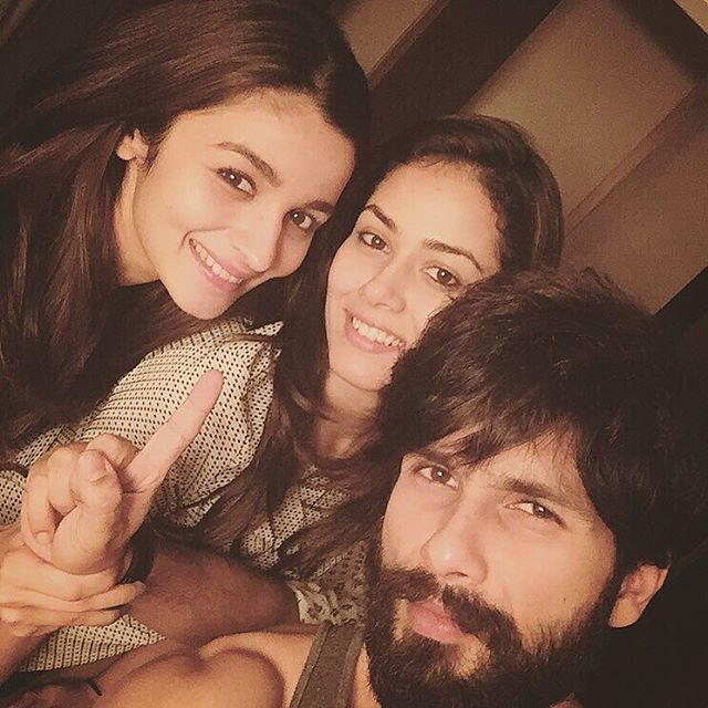 And finally !!! 1 day to goooooooo ;) #ShaandaarSelfie #1DayToGoForShaandaar @shahidkapoor @mira.kapoor !!! Oh yes and thank you Vikas for giving us your finger ;)