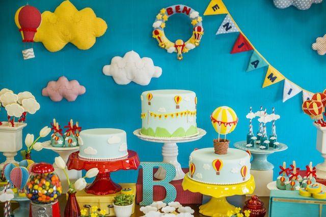 Cha do Benjamin. Chá de bebê com aniversário de um ano com o tema nas nuvens. Ideia de bolo bem colorido para deixar a mesa ainda mais bonita.