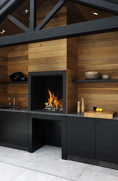 cuisine exterieure design en bois et meubles noir construite sur cote maison