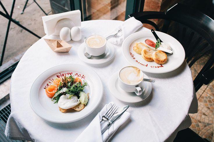 Сырники со сметаной и клубничным соусом, яйцо бенедикт с лососем и голландским соусом и капучино #Petit Pierre café