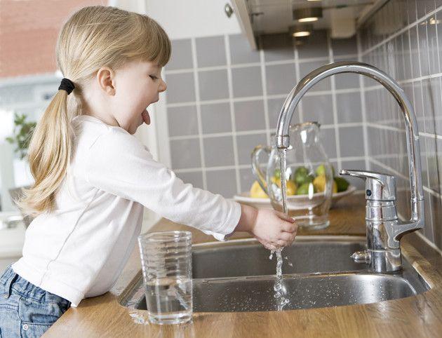 ¿Dejar que tu bebé  juegue en la cocina? Sorpréndete: puede ser buena idea