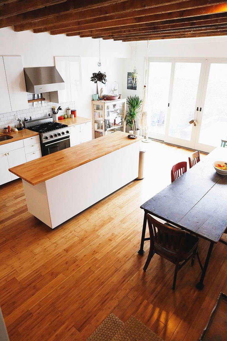 butcher block countertops; galley arrangement.  décoration_éclectique_contemporaine_blog_decouvrir_design