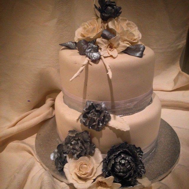 """""""#bryllupskake #handmade #homemade  #bryllup #cakeart #cakelove  #cakedesign #cakesdaily #instacake #sølv #silver #sugerart #bryllup #cakeporn #stablekake…"""""""
