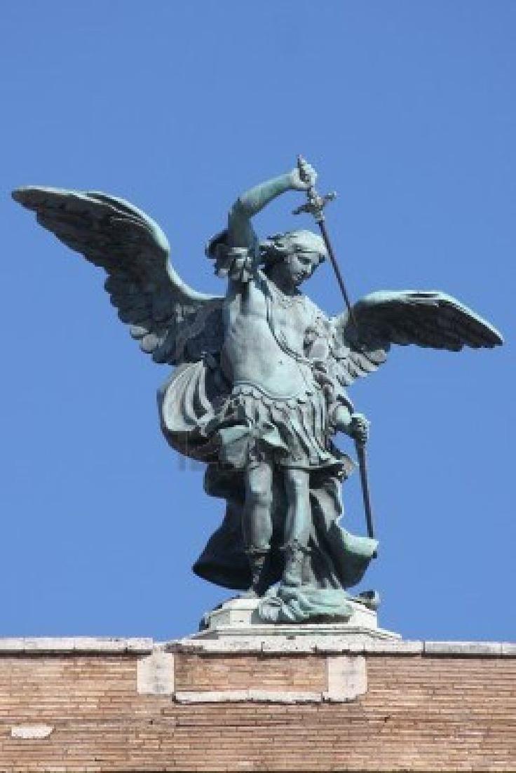 Saint Michel Archange statue sur le haut de Saint-Ange château à Rome, Italie Banque d'images