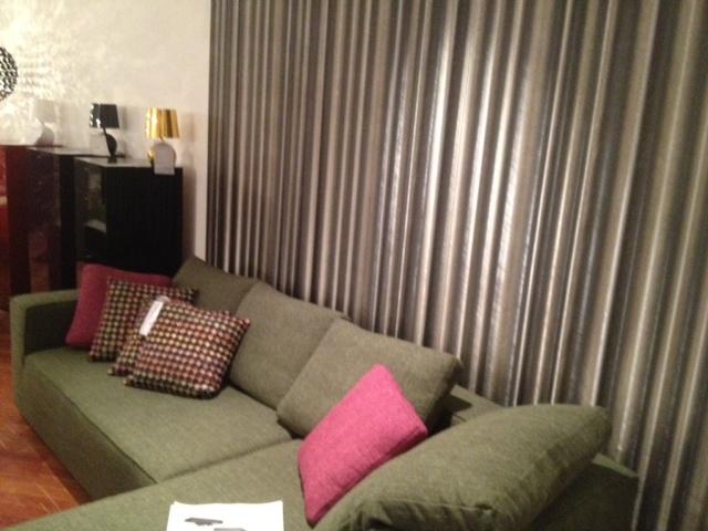 Harald Glööckler Tapete kombiniert mit einem Qubo Home Loungesofa.