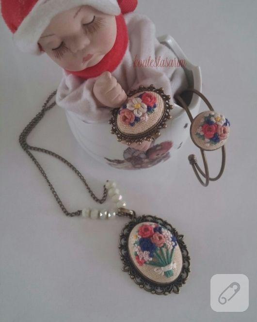 Brezilya nakışı çiçek bezeri kolye, bilezik ve küpeden oluşan takı seti. breziya nakış, rokoko işleme, kurdele nakışı, boncuk işi, kanaviçe nakış teknikleri ve örnekleri 10marifet.org'da