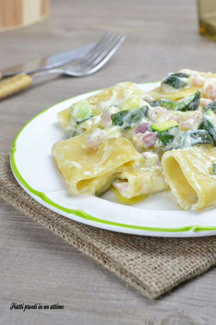 I paccheri con pancetta e zucchine sono un primo piatto molto semplice e veloce da preparare, ottimo da gustare anche per il pranzo di tutti i giorni.