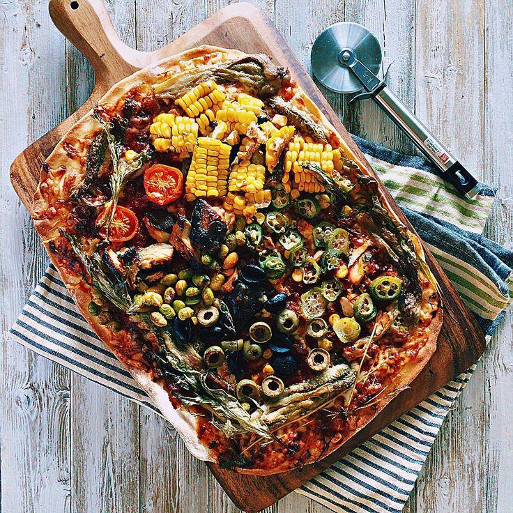 """日曜ピザその1 夏野菜のトマトソースピザ(残りもの) Summer vegetable pizza of tomato sauce 子供らが""""おとう""""👦🏻のピザ食べたいってんで まずは冷蔵庫スッキリ作戦で。 カミさんは習い事でお出掛け🙋🏻💨 ・ 皆さん、どこつつきたいですか?😁 #夏野菜#おうちごはん #pizza#ピザ#ピザ部 #instagood#instafood#f52grams#italianfood#cucina #food#foodporn#foodie#foodpics#foodphotography #eat#delicious#yummy#まいう #vsco#vscocam#vscocook #おとうのピザ"""