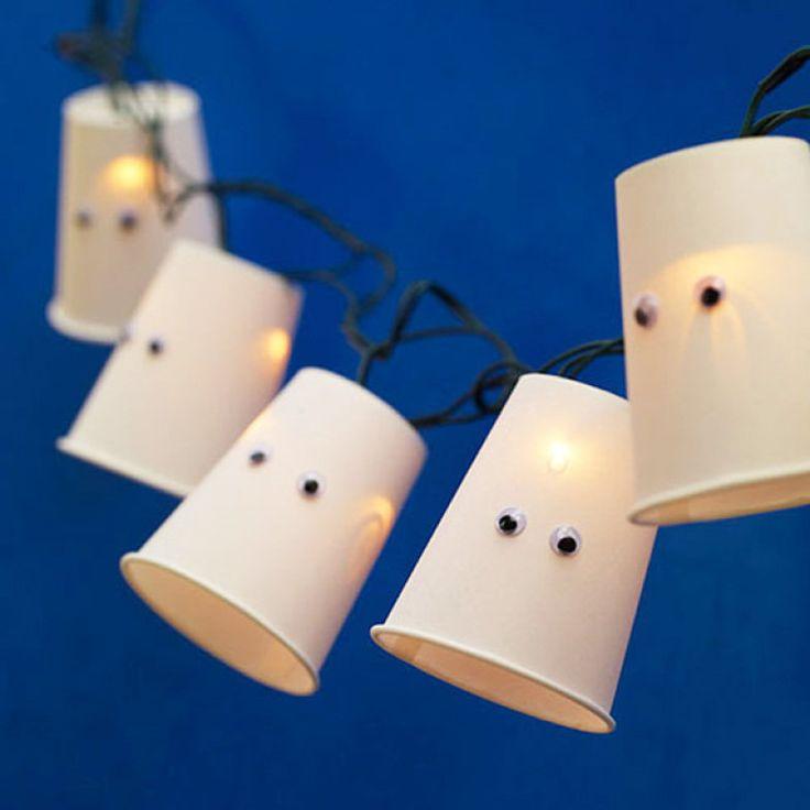 Divertida e lúdica, esta luminária é feita de forma simples: luzinhas (como aquelas que usamos na árvore de Natal), copos e olhos de plástico (usados em artesanato e encontrados em lojas de enfeites de festa). A dica é da Rosana Silva, do blog Simples Decoração.