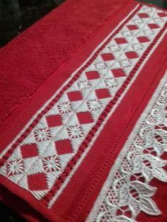 Kit contendo 2 toalhas de lavabo bordadas á mão em ponto reto e variações, com aplicação de renda guipir nas cores vermelha e branca.    Medida: 33 x 50 cm