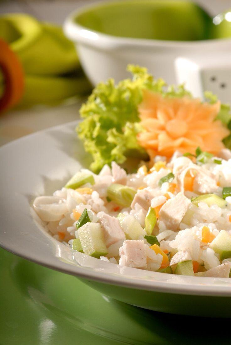 TAVUKLU VE YEŞİL ELMALI PİLAV     Malzemeler:   300 gr. Amerikan pirinci 200 gr. haşlanmış tavuk göğsü 1 adet yeşil elma 1 adet havuç 3-4 dal taze soğan Zeytinyağı Tuz Karabiber   Hazırlanışı:   Küçük bir tencerede tavukları haşlayın. Tavuk suyunun 1 bardağını ayırın. Bir tencerede zeytinyağını kızdırın. Pirinci ilave edip pirinçler şeffaflaşıncaya kadar kavurun. 3 su bardağı su, 1 bardak tavuk suyu ve tuz ilave edip 10-15 dakika pişirin. Pilavı sade olarak bu şekilde bir kenarda demlenmeye…