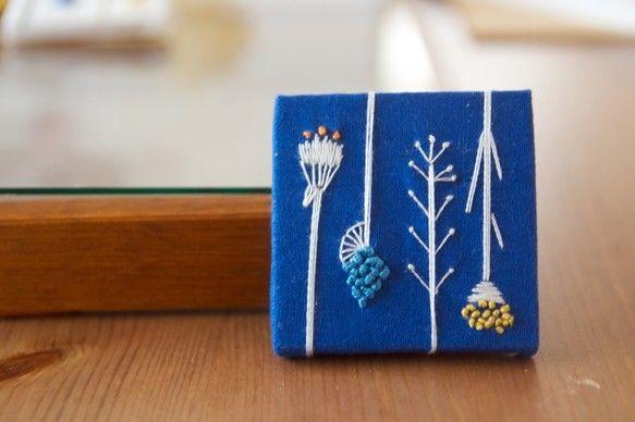 手刺繍】つけて、飾る brooch (野の花/blue)|ブローチ|buchi