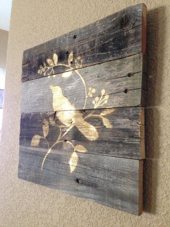 Diseñado con madera perfectamente resistido cada signo es uno de los tipos! Esta whimsicle hermosa Ave está pintada en un color oro metálico. Re-purposed y reciclado. Complemento perfecto para cualquier habitación de tu casa. Medidas 14 x 13,5 Cada signo es a mano. Grano de madera y marcas naturales varían de pieza a pieza.