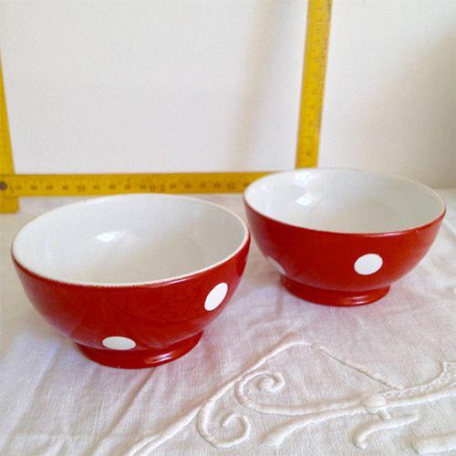 Brocante / Art de la table / Vaisselle vintage : anciens bols rouge à pois blancs en porcelaine estampillés Longchamp France
