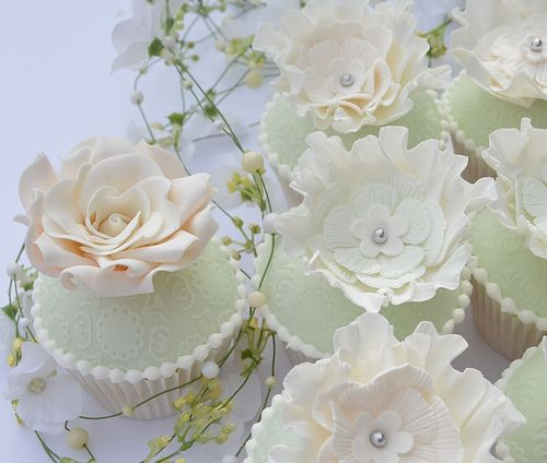Beautiful mint cupcakes: I love the sugar flowers. Lots of these would look stunning in a display.