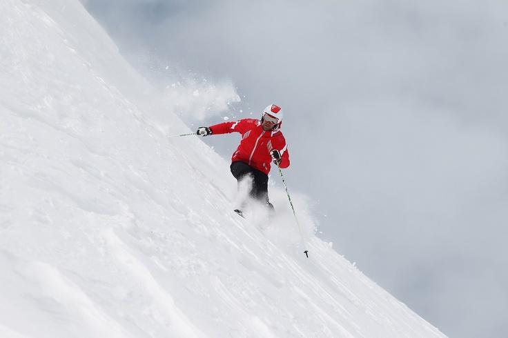 Sci alpino è una parola che dice tutto e non dice niente, per gli appassionati sciare è un'arte, è un po' come dipingere su una tavolozza bianca un disegno in bianco e nero lasciando sulla neve perfetti arabeschi.