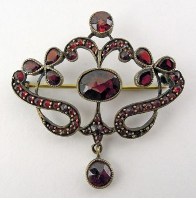Lovely garnet brooch, 1900. Reminds me of my sister as she is a January baby. :)