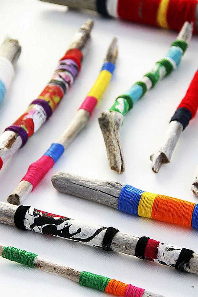 palos con hilos de colores