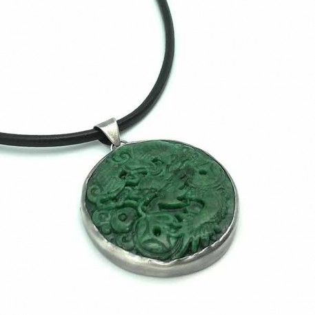 Colgante elaborado en plata de ley y jade verde, tallado con un dragón. Incluye cordón negro de cuero, con terminales y cierre en plata de ley. Lleva una cadena de plata de 6 cm para poder ajustar la medida desde los 40 cm a los 46 cm. Medidas Colgante: Largo: 6 cm Ancho: 4,9 cm #colgantes #jade #pendants #ourense #orense #platadeley #verde