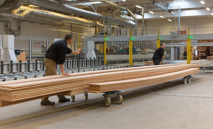We produce wooden planks in extraordinary dimensions, which places considerable demands on logistics and handling.