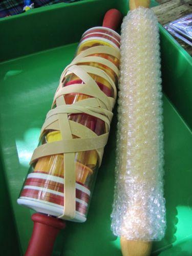 Deegroller inpakken met bubbeltjesplastic en dan rollen in de verf. Leuk voor een achtergrondje.