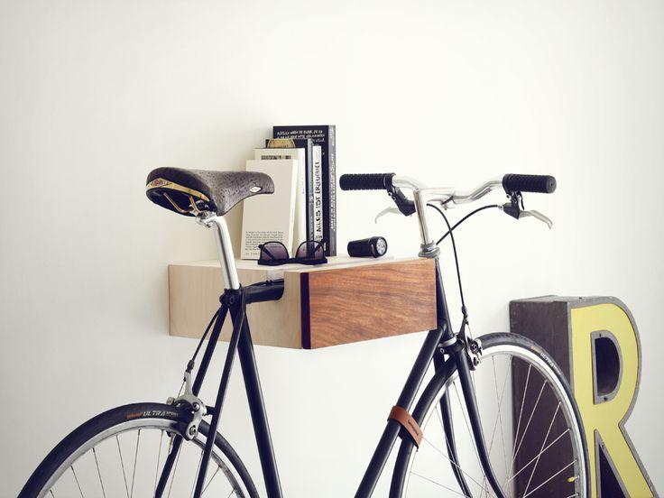 Das Radregal ist ideal für Fahrradfahrer, die ihr Rad gerne mit in die Wohnung nehmen, um es vor schlechtem Wetter und anderen Widrigkeiten zu schützen. Hinter der Frontklappe bietet sich ausreichend Stauraum für Zubehör wie Fahrradschloss, Klemmlichter oder Handschuhe. Die Fahrrad-Aufhängung ist aus nordeuropäischem Birkenholz, die Front aus dunklem Eichenholz oder wahlweise in Walnuss, handgefertigt.