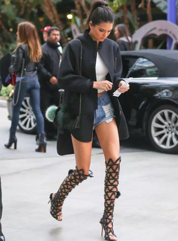 kendall-jenner-look-street-style-sandalia-gladiadora-shorts-style: