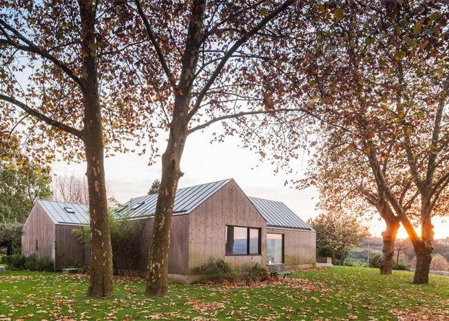 Rodzinny dom projektu PROD stworzony z czterech powiązanych budynków