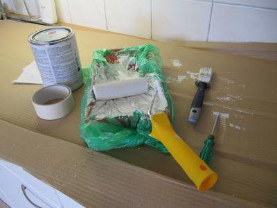 Keittiöremontti - kaapinovien ja avohyllyjen maalaus. Vaahtomuovitela on hyvä väline. Maalauskaukalon voi suojata muovipussilla, jolloin välttää putsaushommat.
