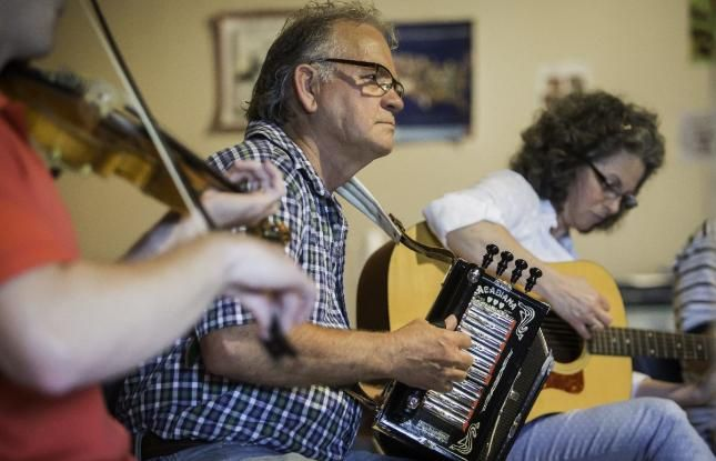 Cajun jam session at the Wetlands Acadian Cultural Center in Louisiana - do you know what makes up Louisiana cajun culture? #cajun #cajunmusic