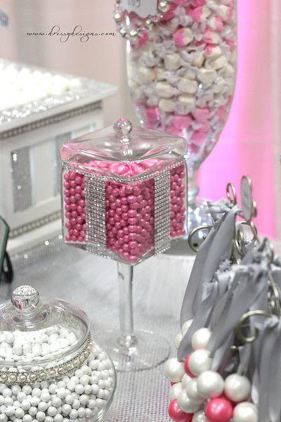 Frascos de dulces decorados con malla de imitación de diamantes para mesas dulces. #MesasDulces