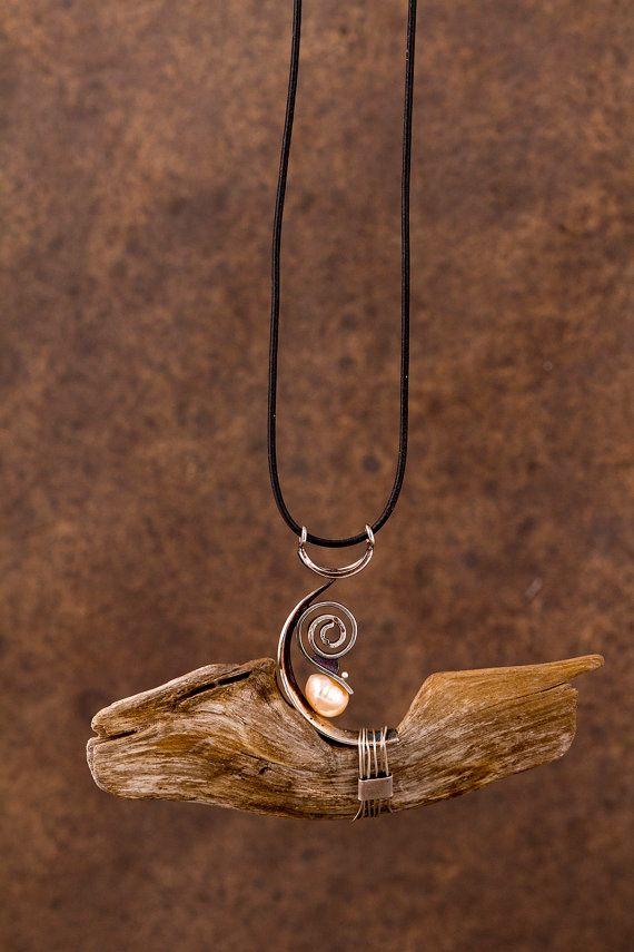 Pendentif de bois flotté, pièces de boucles d'oreilles en argent et perle par Johanne Ratté 2015 : Pendant in driftwood, recycled silver jewelry and pearl. Johanne Ratté http://www.lesjoanneries.com