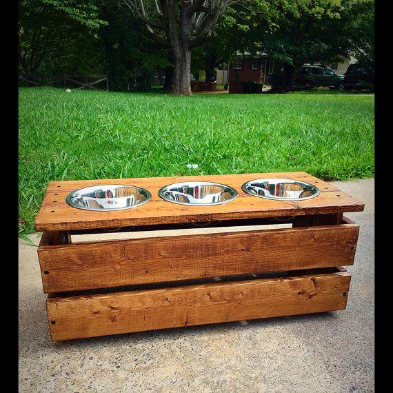 erhöhten erhöhten aufgearbeiteten Holz Hund von palletinspirations