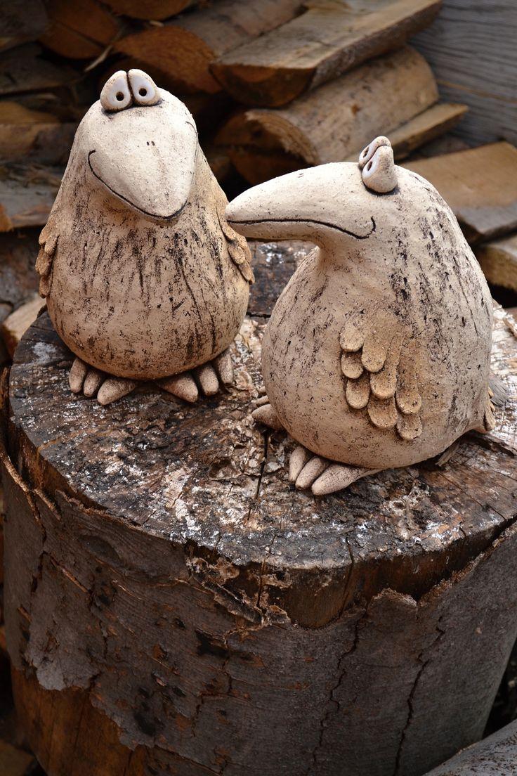 Keramický pták Ptáci ručně modelování z hrubé šamotové hlíny. Výška cca 25cm Cena za kus