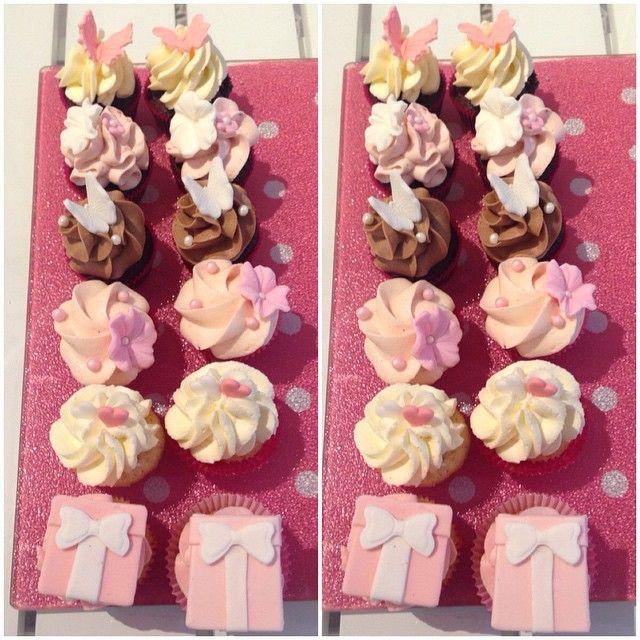 Söta mini ❤️ #cupcake #minicupcake #provsmakning #provning #bröllop #wedding #fest #party #cute #pink #rosa #handmade #sugarpaste #sockerpasta #blommor #present #gift #butterfly #fjäril #frosting #fancy