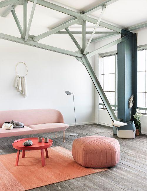 Rode salontafel bij een zacht roze bank - bekijk en koop de producten van dit beeld op shopinstijl.nl