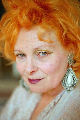 75 éves a punk királynője: Vivienne Westwood. Ő emelte a divat főáramlatába a modern punkot és az újhullámos ruházkodást. Mindig lázadó volt, mégis el tudta fogadtatni magát és szokatlan kreációit. A Brit Birodalom Rendjével is kitüntették. 30 évig egy londoni tanácsi lakásban lakott, tévét nem néz, újságot nem olvas, de a környezettudatosság máig fontos neki.