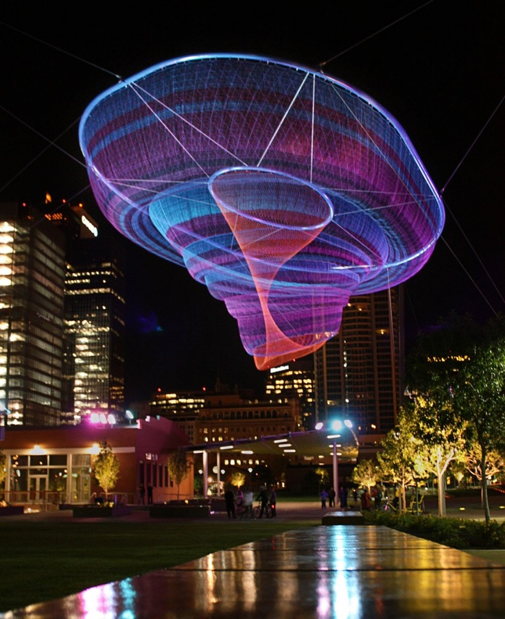 "Increíbles esculturas de redes de la artista Janet Echelman. Esta, en Phoenix, se llama ""Her Secret is Patience""."