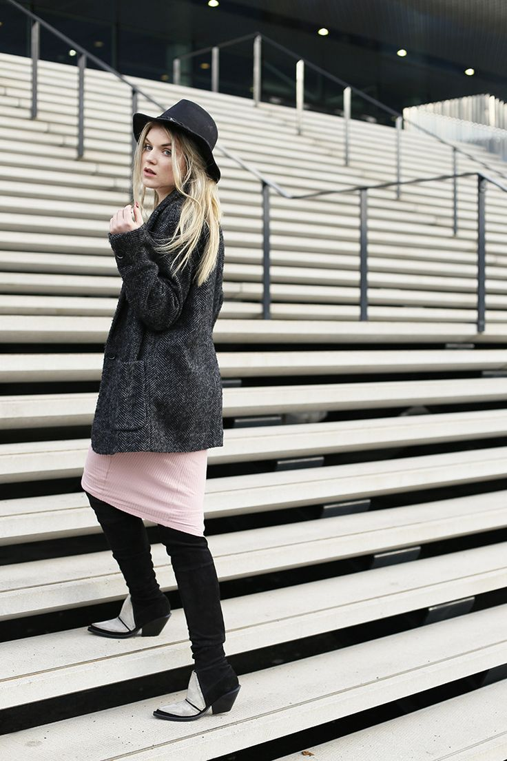 western laarzen, overkneelaarzen, fashionblogger, fashion is a party, fotosieraad, naamsieraad, roze jurkje, boer zoekt vrouw, names4ever, hoedje, tweed jas, zilveren ketting http://www.fashionisaparty.com/2017/03/fotosieraad.html/