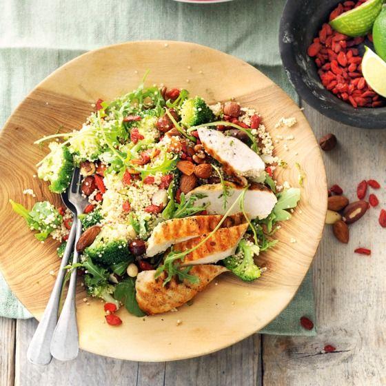 Quinoasalade met gojibessen en gegrilde kip - Gojibessen zijn lekker in smoothies en thee, maar ook in een salade zoals deze. #recept #powerfood #JumboSupermarkten