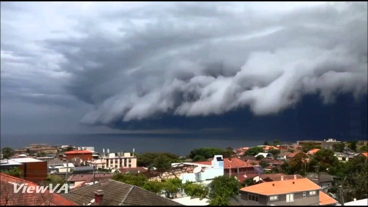 'Cloud tsunami' rolls over Sydney's Bondi Beach / #sydneystorm