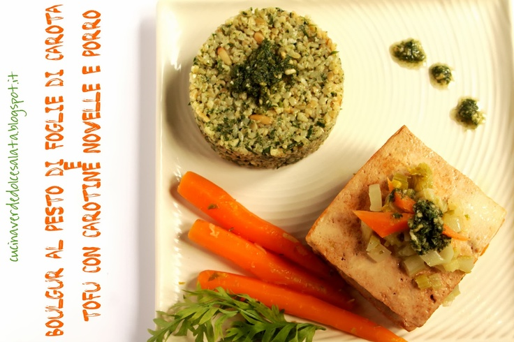 Boulgur al pesto di foglie di carota e tofu con carotine e porro.Boulgur pesto carrot leaves and tofu with carrots and leek