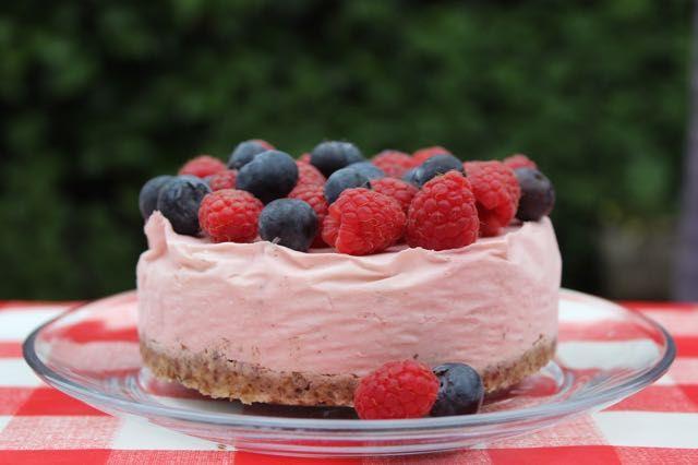 Het recept voor een mini-monchoutaart voor 4 personen met rood zomerfruit en zonder toegevoegde suikers (alleen natuurlijke suikers) op eethetbeter.nl