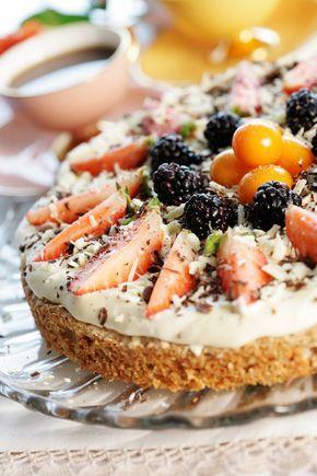 En nydelig kake med bunn av valnøtter og Ritzkjeks. Luftig krem og herlig frukt med dryss av hvit og mørk sjokolade på toppen.