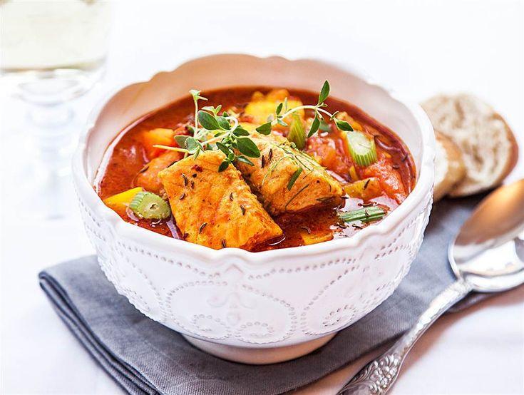 Morötter, fänkål och saffran ger smak till denna fantastiskt färgglada fiskgryta. Detta recept passar lika bra till vardag som till fest, smaklig måltid!