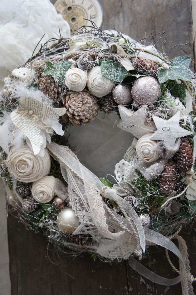 Ein zauberhaft schöner sehr lange haltbarer Kranz aus handgebundenen Stoffrosen, Hortensien, Glaskugeln und liebevollen Kleinigkeiten..... Einfach zum träumen.... Durchmesser ca. 38 cm