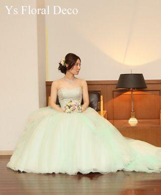 10月に大阪の千里阪急ホテルさんでご披露宴の新婦さんより、当日のお写真をいただきましたので、ご紹介します。淡いグリーンのチュールのドレス、ところどころに薄...